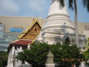 Wat Patun Waranam or Wat Sapatum วัดปทุมวนาราม next to Siam Paragon
